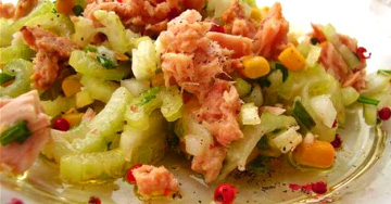 Готовим салат из консервированного тунца