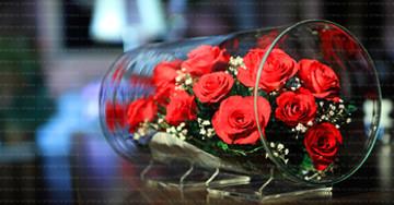 Композиция из живых цветов в стекле