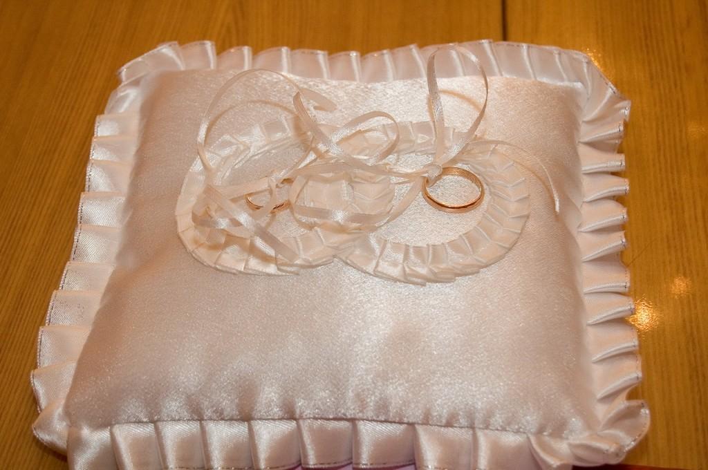Изготовление подушечки для колец и подвязки невесты своими руками