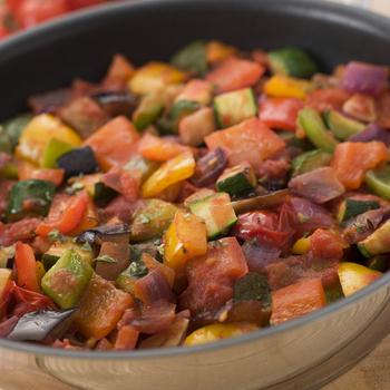 Приготовление овощного рагу с куриным мясом
